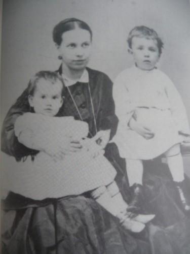 Sofia Tostoï avec Serioja et Tania en 1866.jpg
