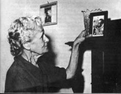 Camus photo de sa mère.jpg