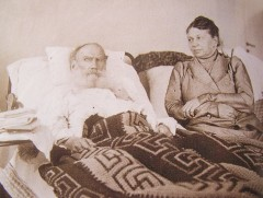 Leo_Tolstoy_and_Sofia_Tolstaya_in_Crimea,_1902.jpg