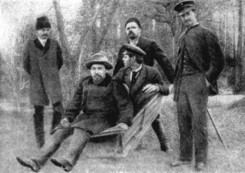 Tchekhov 1892 (assis à l'avant-plan) photo prise par son ami Isaak Levitan.jpg