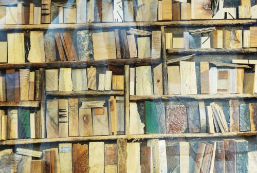 Bibliothèque de bois (vue dans une vitrine lyonnaise).jpg