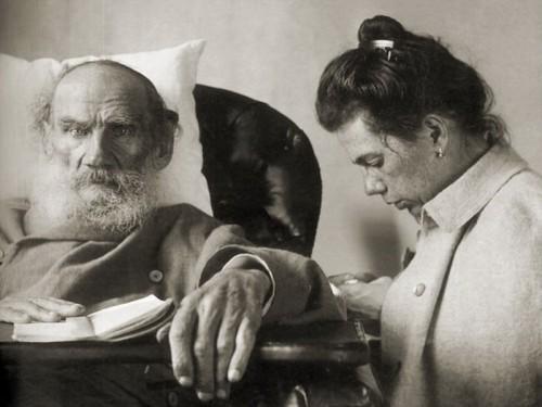 Tatiana Tolstoï au chevet de son père en 1902.jpg