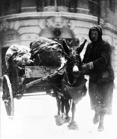 Paris sous la neige par Roger-Viollet (1944).jpg